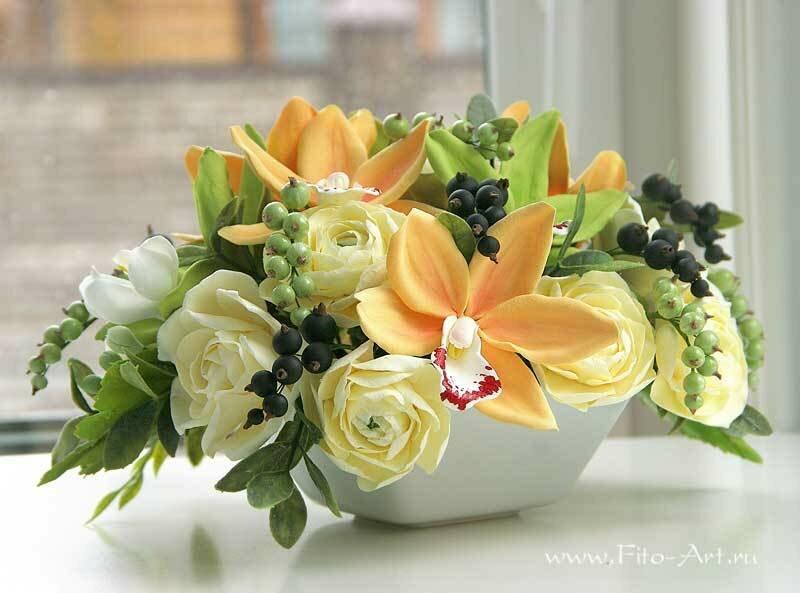 Букет с орхидеями цимбидиум и ягодами смородины