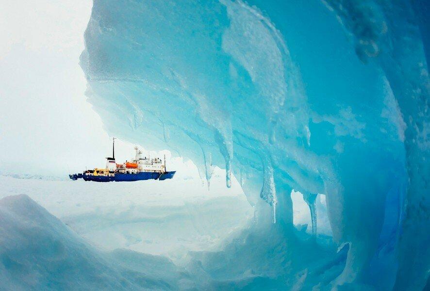 Судно «Академик Шокальский», которое 24 декабря застряло во льдах у берегов Антарктиды