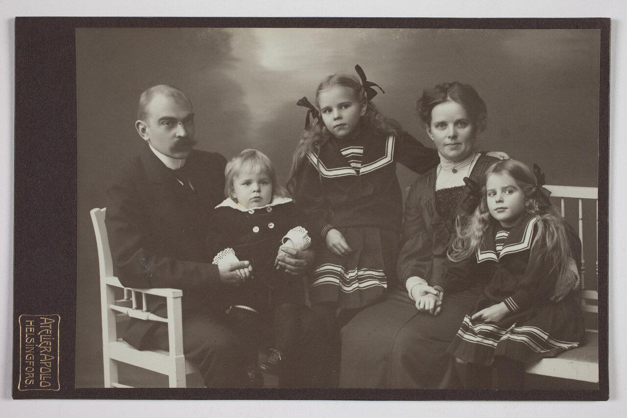 Хилдинг и Вальбори Мейнандер с детьми Нильсом, Майей и Марьют