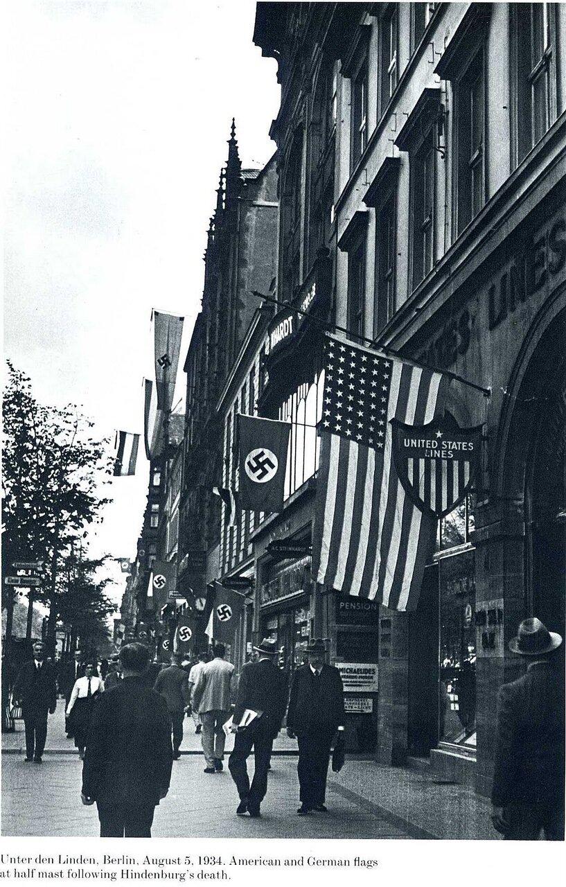 1934. Американские и германские флаги приспущены после сообщения о смерти Гинденбурга. Унтер-ден-Линден, Берлин