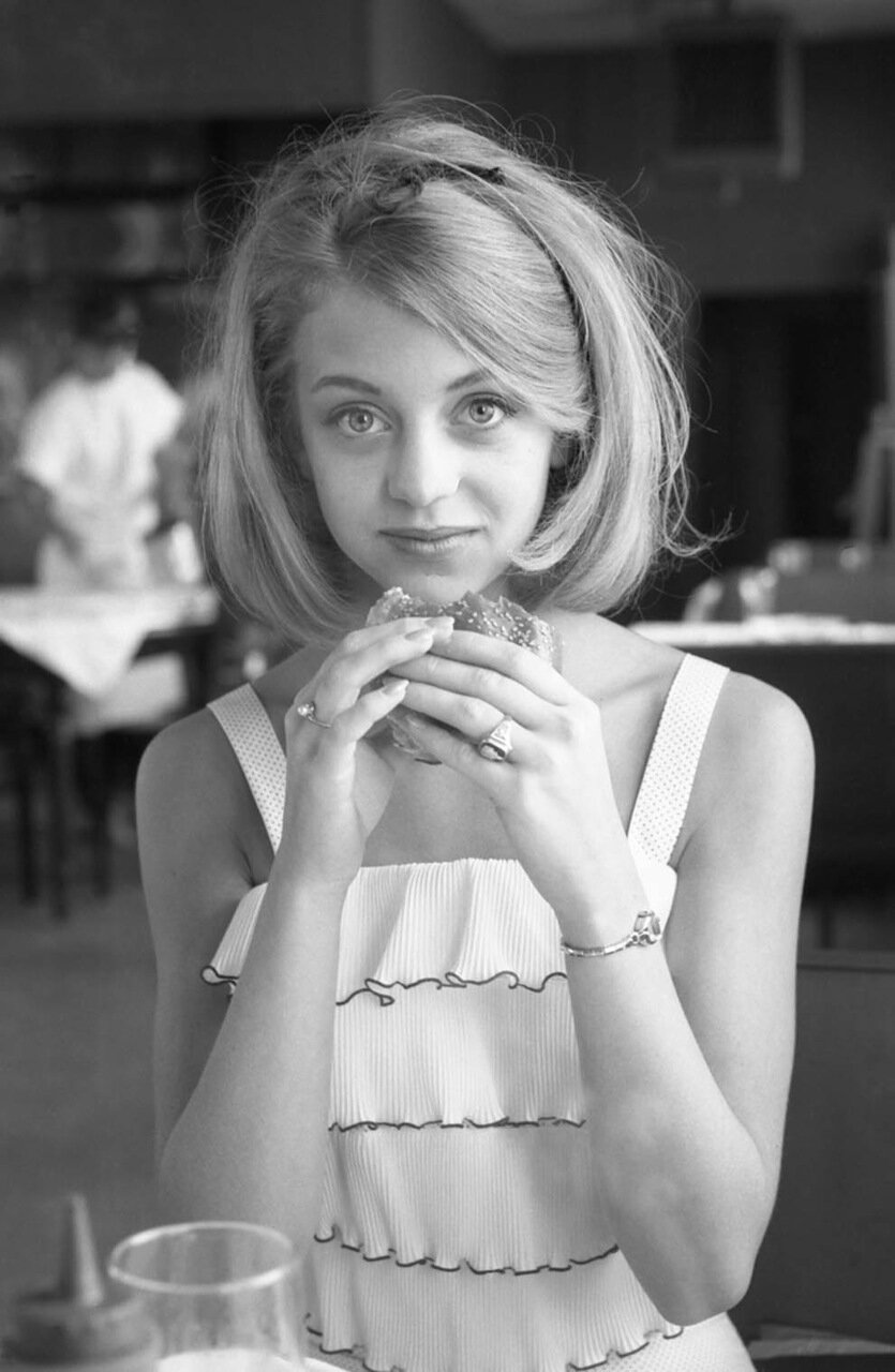1964. Голди Хоун позирует с гамбургером. Ресторан в Вашингтоне, округ Колумбия