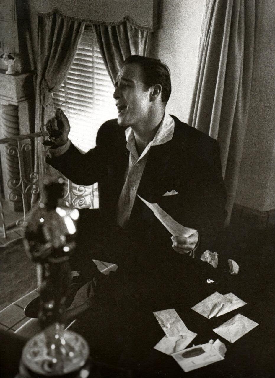 1954. Марлон Брандо у себя дома