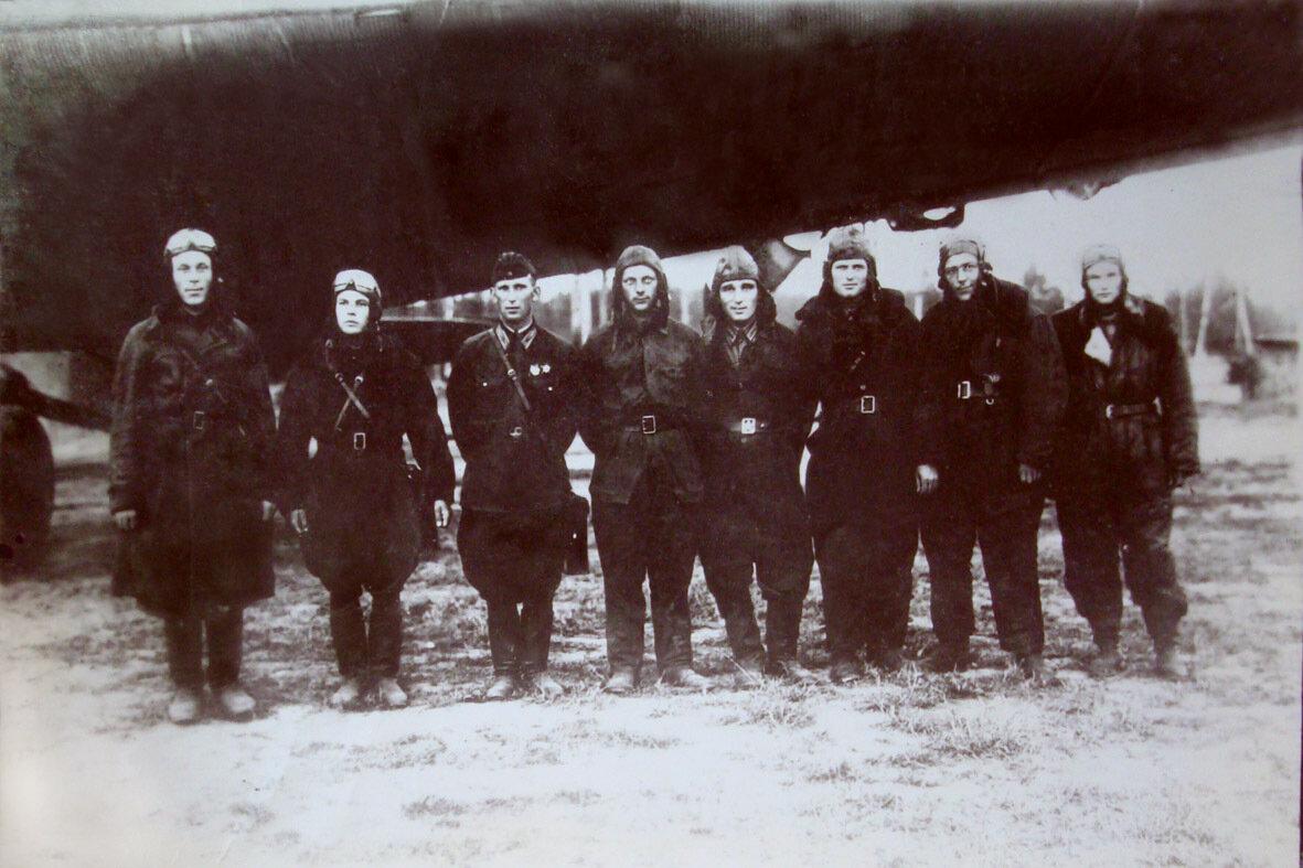 1942. Экипаж ТБ-3 Евгения Тишина перед вылетом на боевое задание