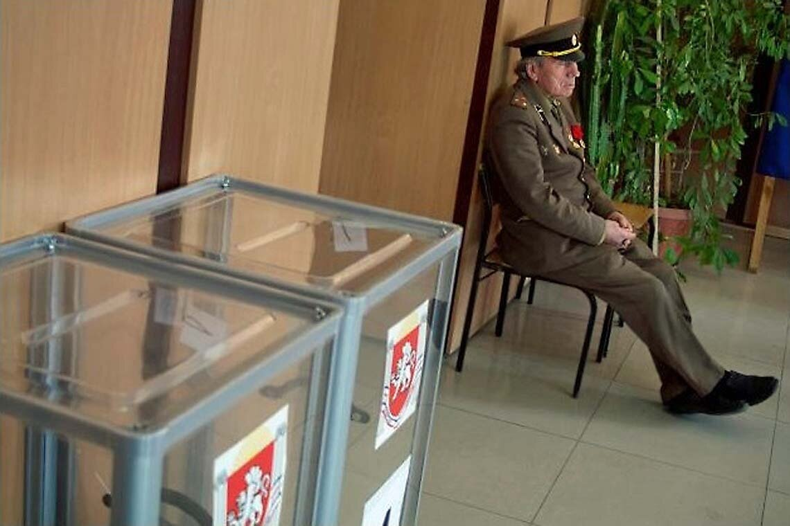 Наблюдатель сидит на избирательном участке в гор. Симферополе, Украина, воскресенье, 16 марта 2014 года. Фотка Ивана Секретарева, Ассошиэйтед Пресс США (AP, USA)