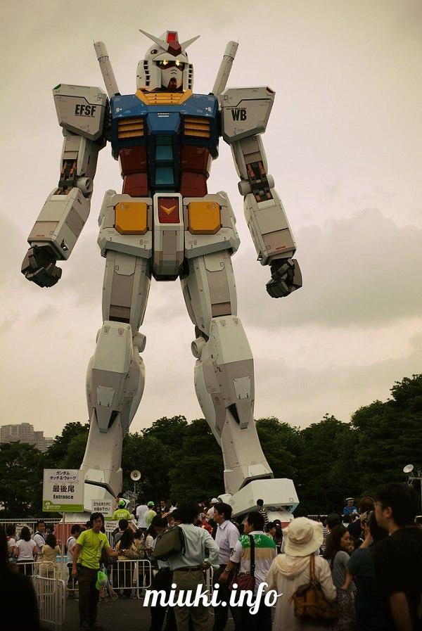 18-метровая статуя робота Gundam в Токио (фото)