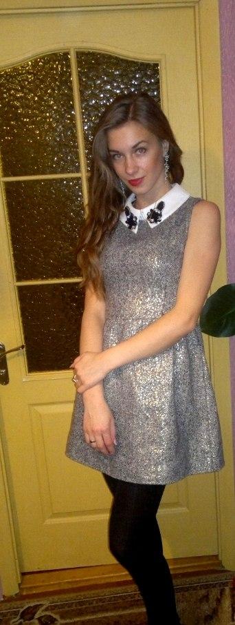 Девушка в сером платье на вечеринке