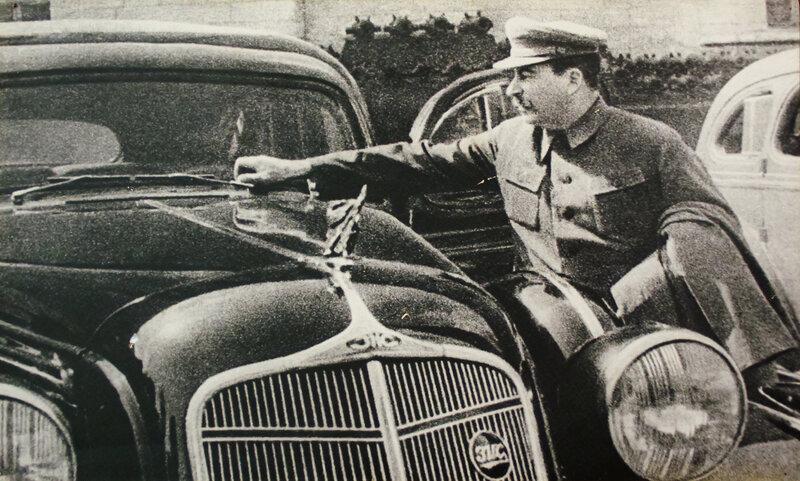 """Сталин осматривает машину """"ЗИС-101"""", 1935 г."""
