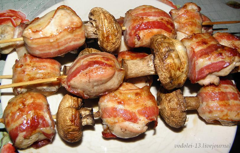 шашлычки из курицы в беконе с шампиньонами
