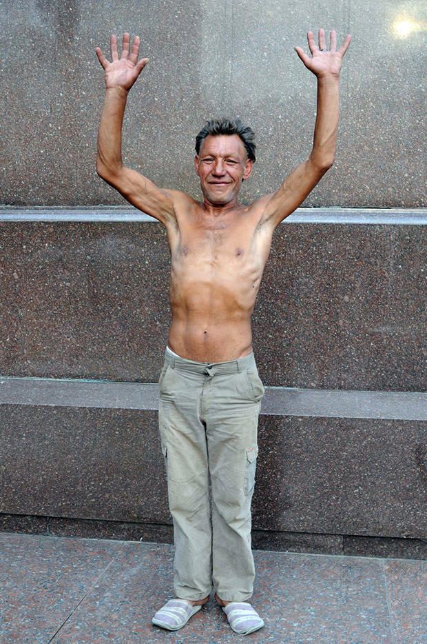 5. Славик почти никогда не одевается в одну и ту же одежду, что для бездомного весьма странно. Кроме