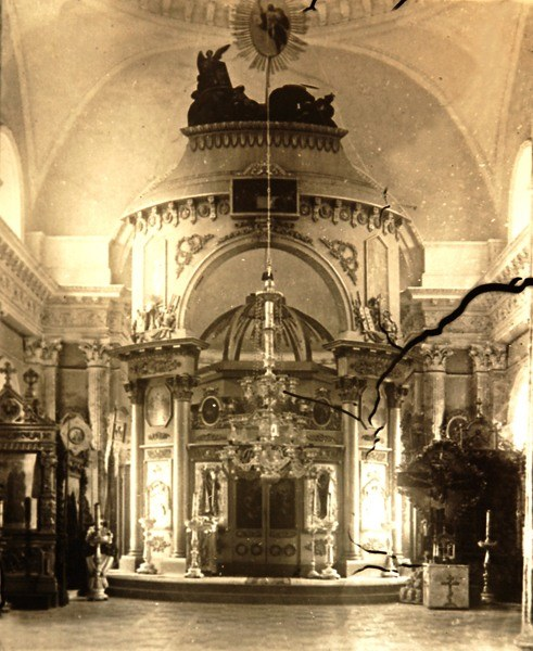 13. Перед революцией, весной 1917-го, пронесшийся над Яропольцом ураган срывает кресты.