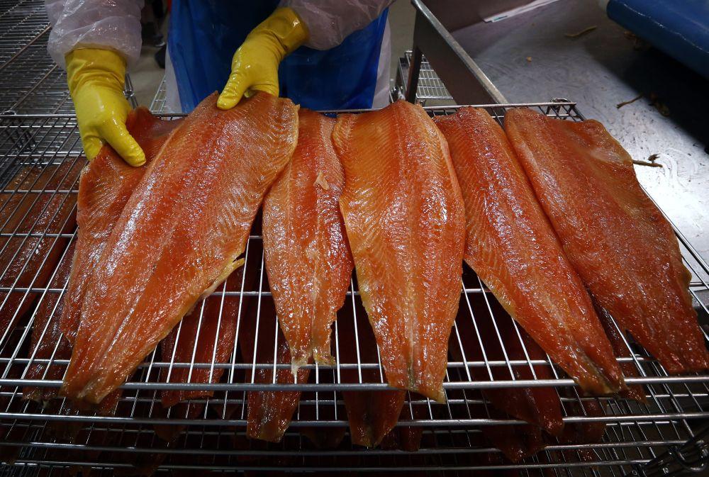 3. Фермерский лосось Яд: 13 разных токсичных веществ, в том числе полихлорированные дифенилы, которы