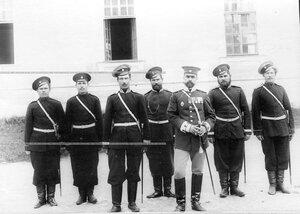Группа казаков с полковым врачом .