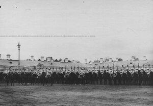 Император Николай II объезжает ряды полка  в день празднования 200-летнего юбилея.