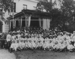 Император Николай II (в центре); сидят во втором ряду снизу  слева направо четвертая - великая княжна Ольга Александровна, пятая - великая княгиня Елизавета Маврикиевна, шестая - императрица Александра Федоровна, вос