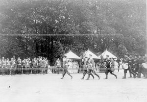 Колонна участников парада проходит мимо императора Николая II и членов императорской фамилии.