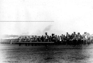 Император Николай II и сопроводжающие его лица в Красносельском лагере  во время производства выпускных юнкеров в офицеры.