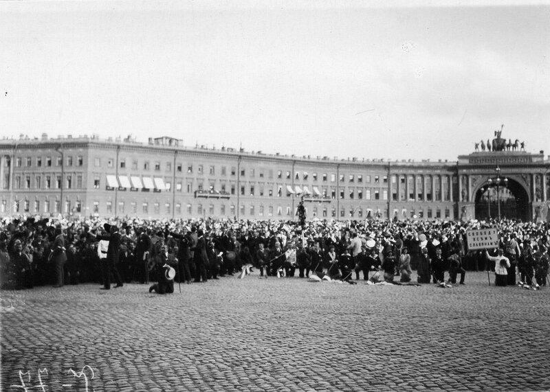 Дворцовая площадь, заполненная народом, во время чтения манифеста об объявлении войны Германии.