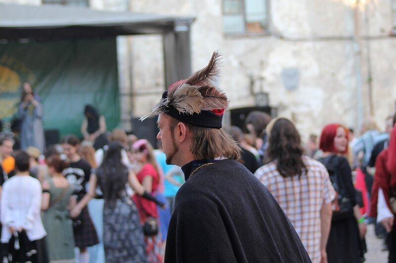 тирольский охотник с пером в шляпе на фестивале «Майское дерево 2014»