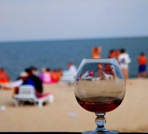 Пляж через призму бокала с коньяком Фото eresi.ru