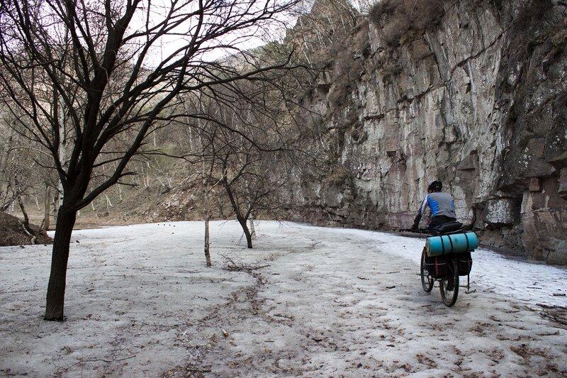 лед в ущелье  в горах инь шань, внутренняя монголия, китай