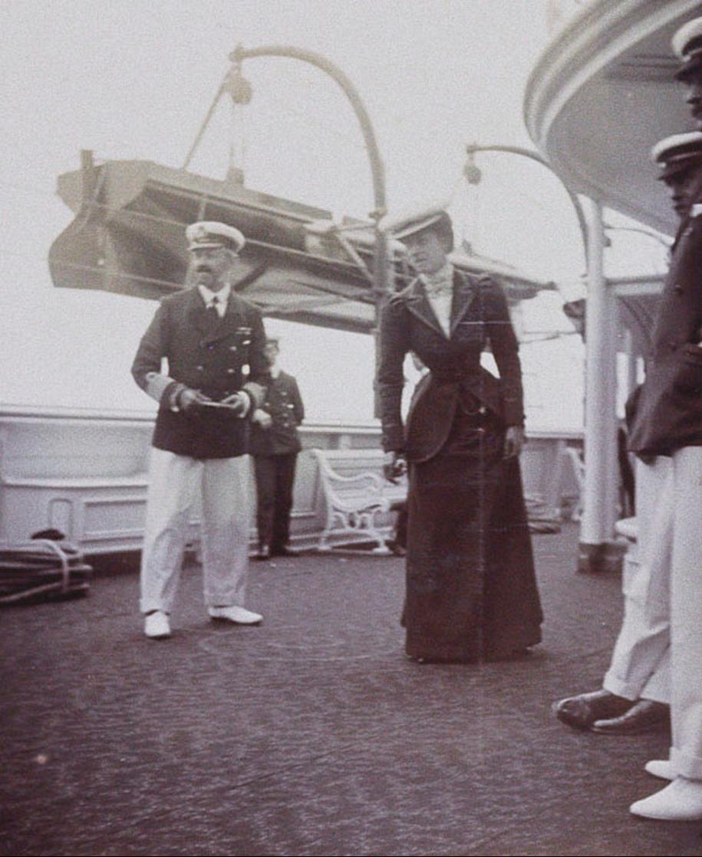 46. Четыре джентльмена и принцесса Виктория на палубе королевской яхты «Виктория и Альберт»