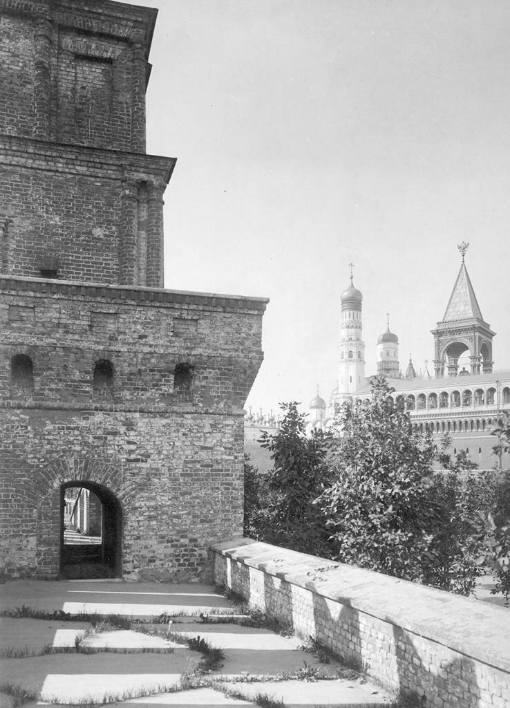 Кремль. Вид с Кремлевской стены на колокольню Ивана Великого и памятник Александру II