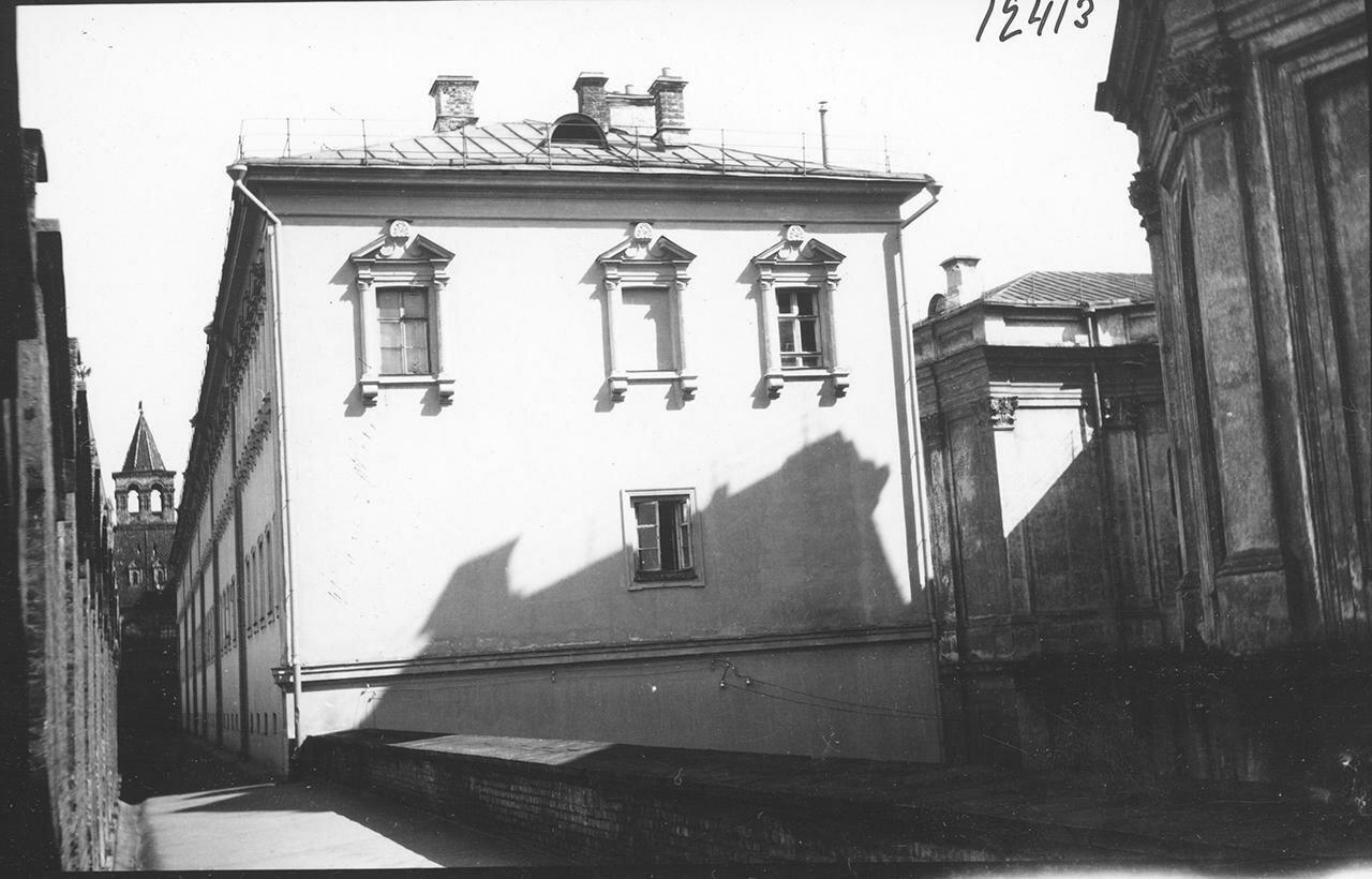 Кремль. Конюшенные корпуса и прясло между Оружейной и Конюшенной башнями