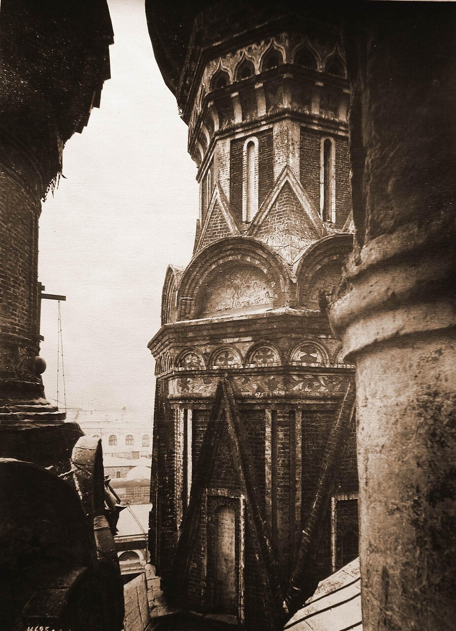 Вид части стены и барабан восточного придела Покровского собора.