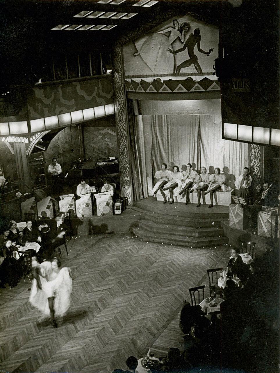1932. Исполнительницы канкана
