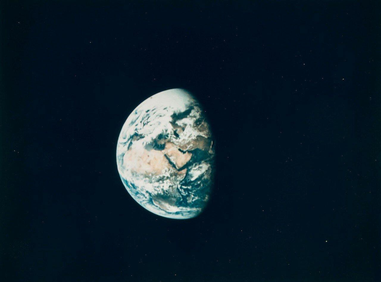 1969. май. Траектория полёта корабля к Луне была настолько близка к расчётной, что от трёх из четырёх возможных коррекций отказались. Единственная коррекция была произведена в 26 часов 35 минут 56 секунд полётного времени