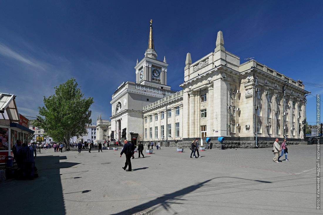 Современное здание вокзала было построено в 1954 году на месте разрушенного во время Великой Отечественной войны