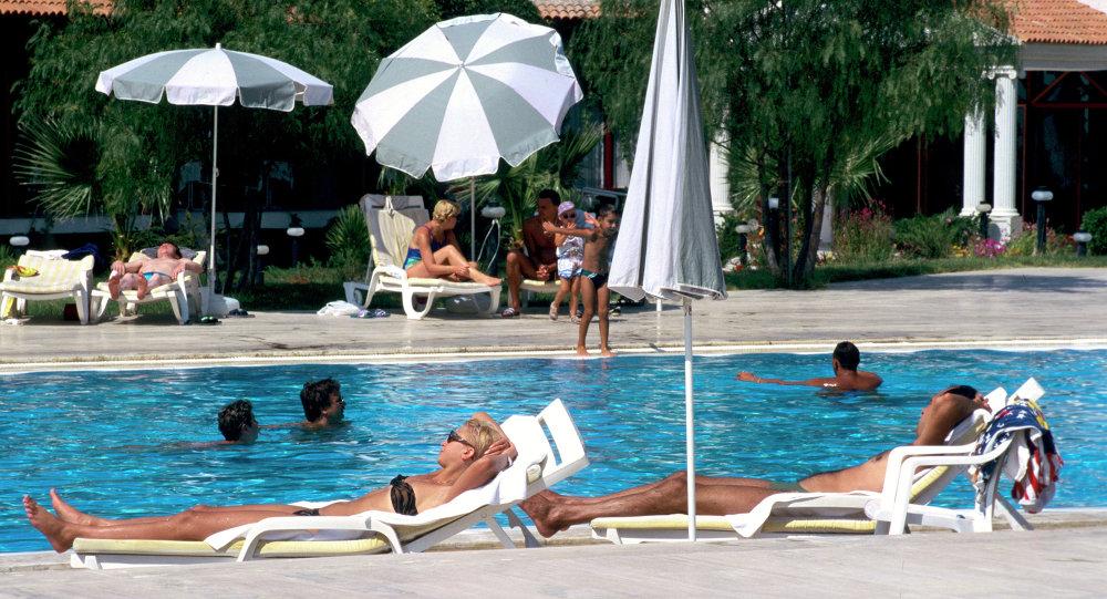 Туристы у бассейна в Турции