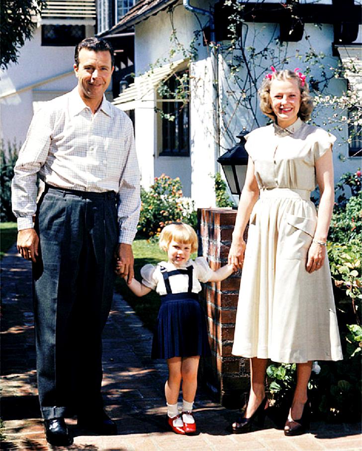 Дик Пауэлл и Джун Эллисон с усыновленной дочерью Памелой Так работала Джорджия Танн. Сеть нанятых ра