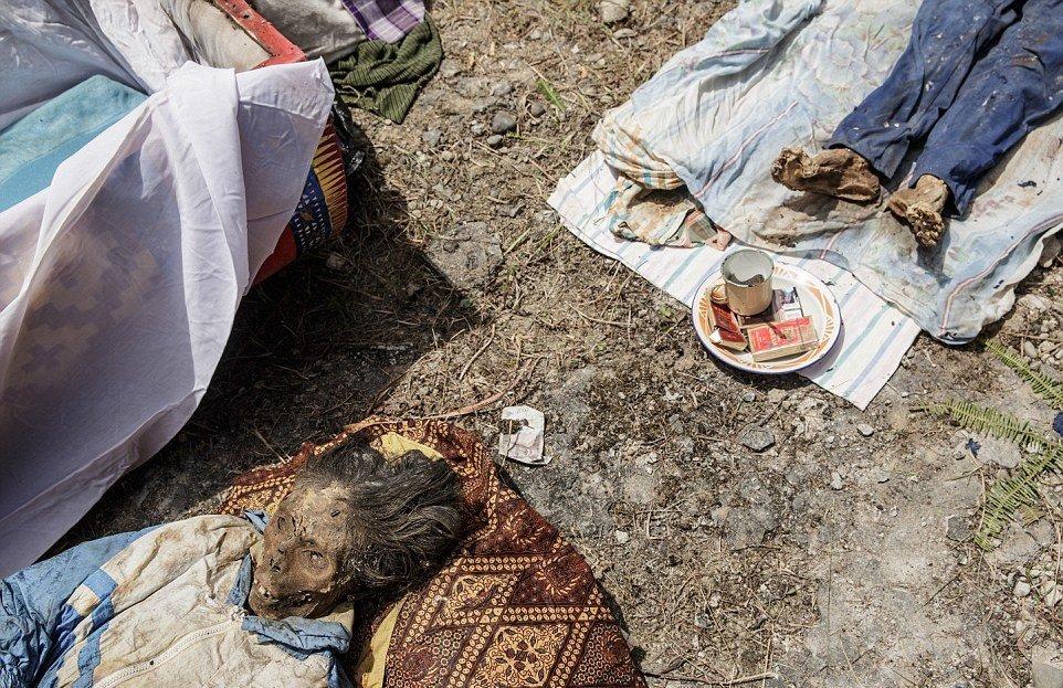 Умершего называют «заболевшим» или «уснувшим», потому что тораджи считают их живыми до самых похорон