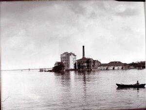 Вид паровой мукомольной мельницы во время разлива реки Самары.