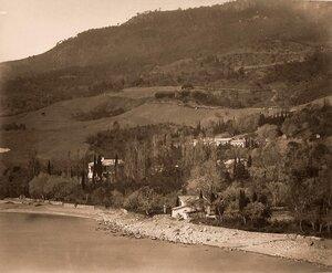 Вид на усадебный дом и территорию имения с парком со стороны моря.