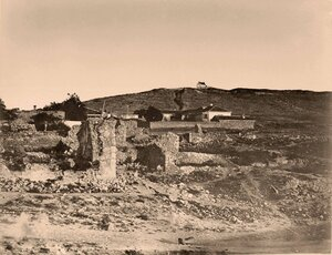 Вид разрушенных во время Крымской войны домов; на втором плане - новые жилые дома.