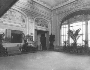 Часть зала фойе театра.