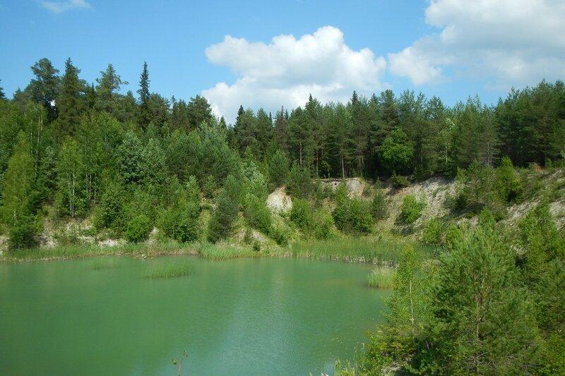 Зелёно-голубая вода затопленного известнякового карьера в Чирках (Слободской район)