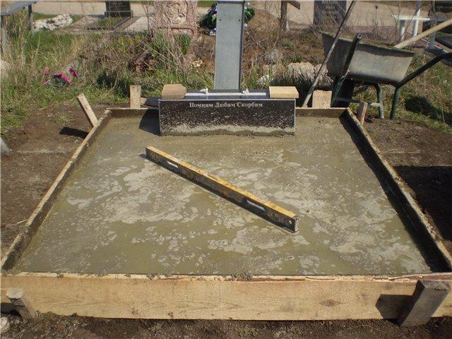 Как правильно установить памятник на могиле своими руками