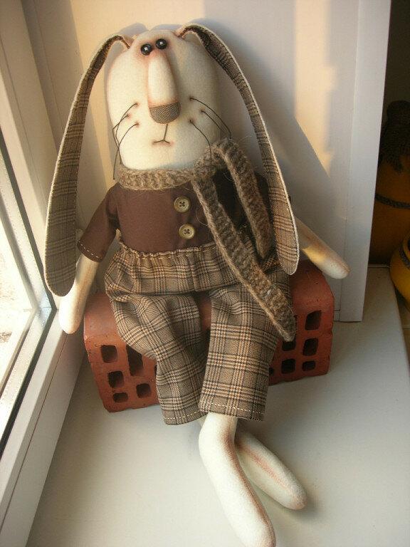 кукла зайца на кирпиче