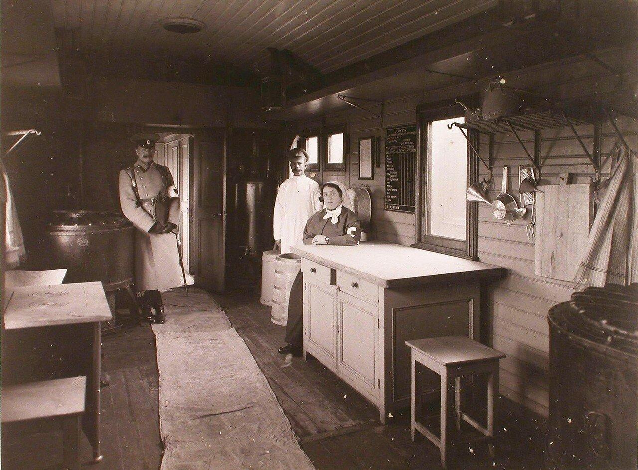 05. Группа персонала военно-санитарного поезда в вагоне-кухне классного типа