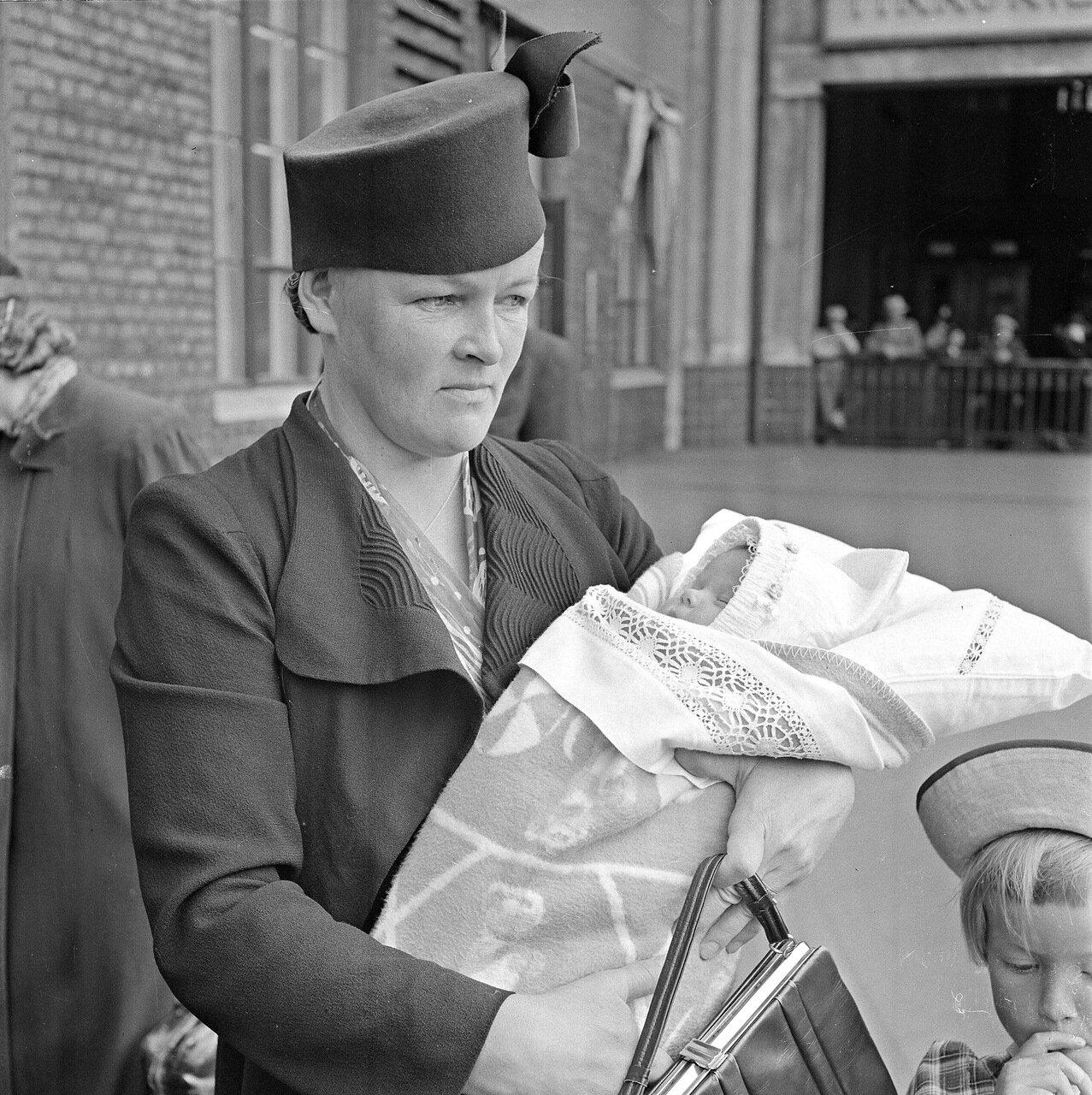 1941. 20 июня. Центральный вокзал. Мать с детьми на вокзале.