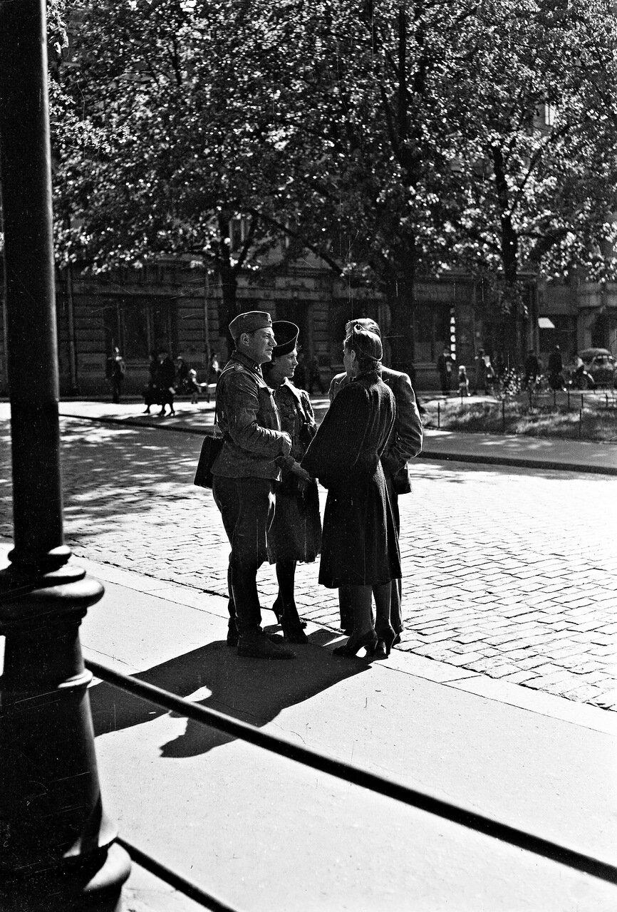 1941. 20 июня. Экспланада. Встреча на улице