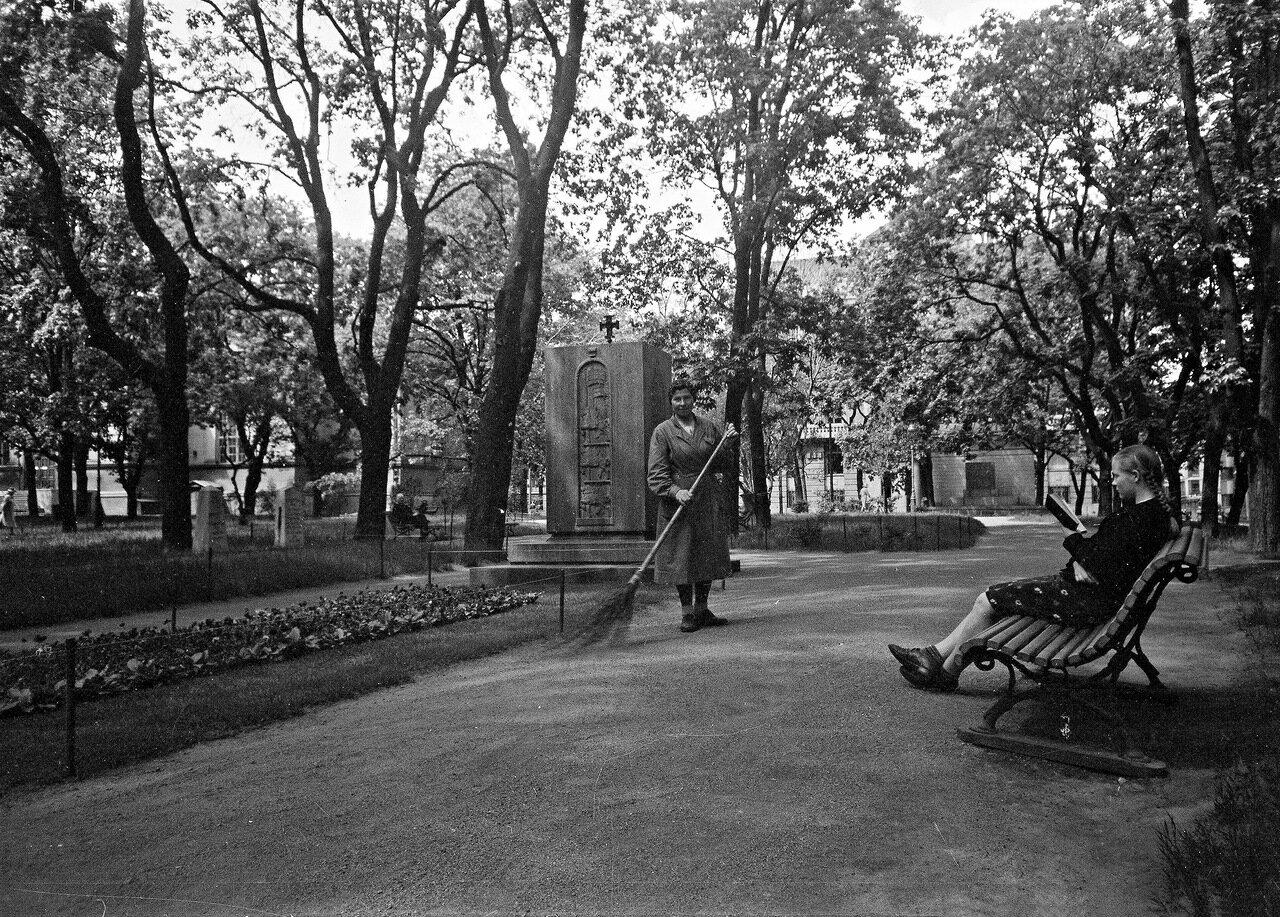 1941. 20 июня. Старая церковь и памятник в парке.