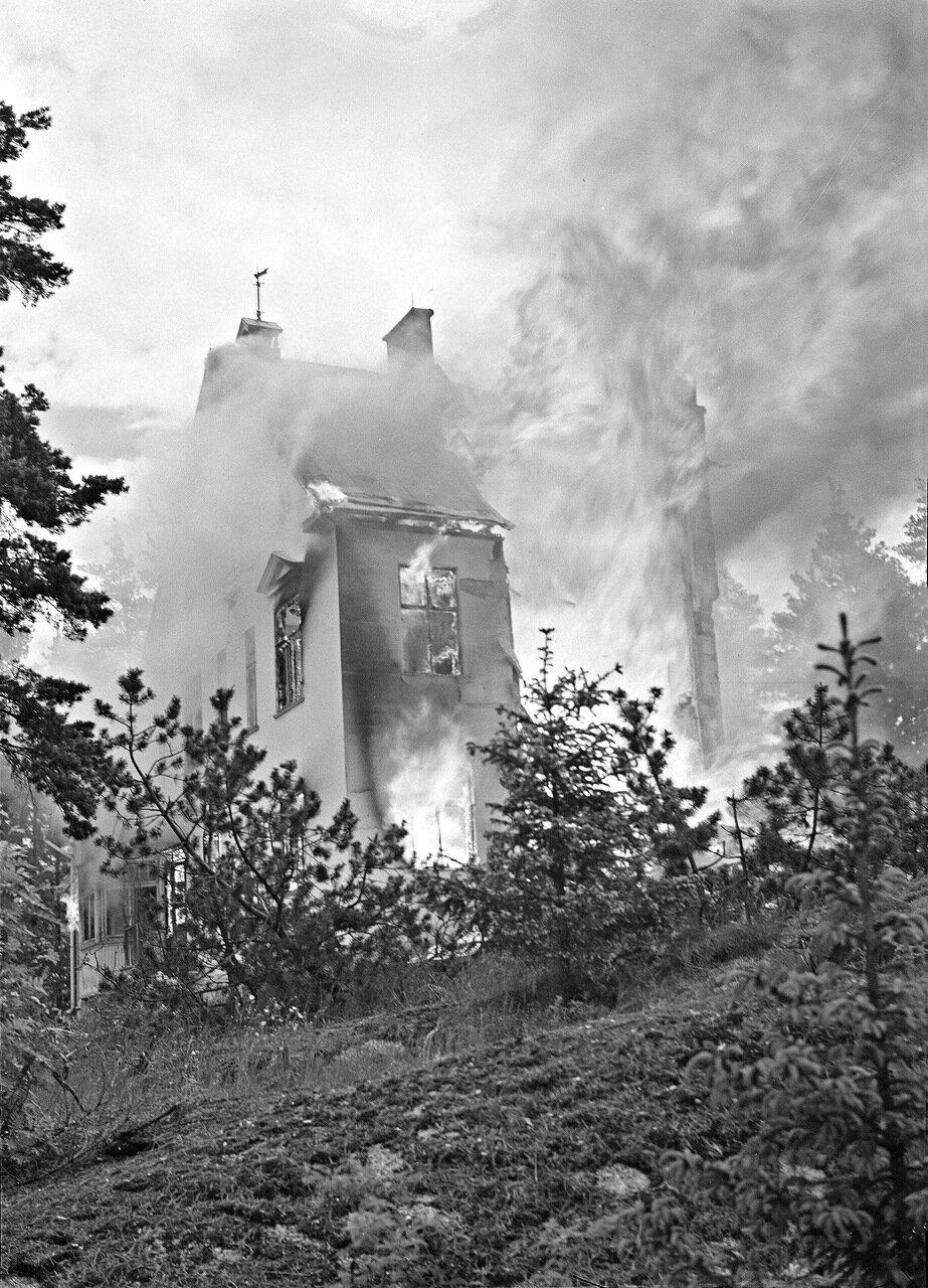 1941. 25 июня.  Пригород Хельсинки. Пожар вызванный попаданием бомбы