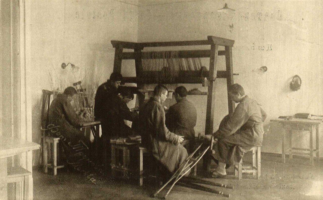 Лазаретное отделение на Малой Грузинской. Увеченные за работой