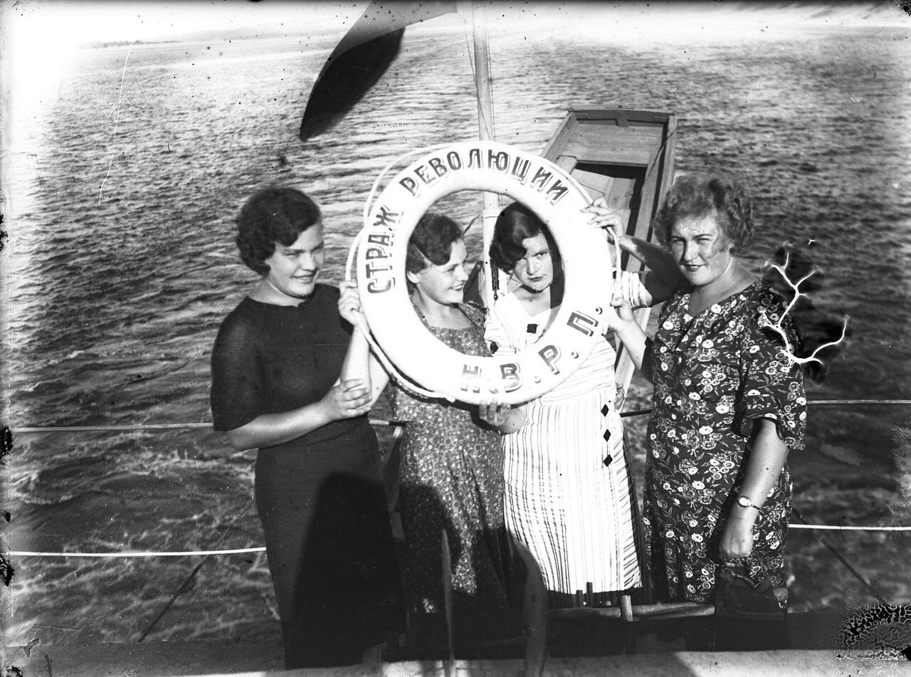 1930-е. Астрахань. Пассажирки парохода «Страж Революции»