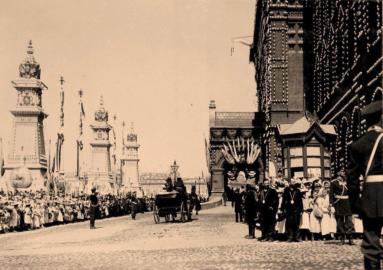 Учащиеся начальных школ и гимназий в ожидании приезда императора и императрицы на Воскресенской площади у здания Городской думы
