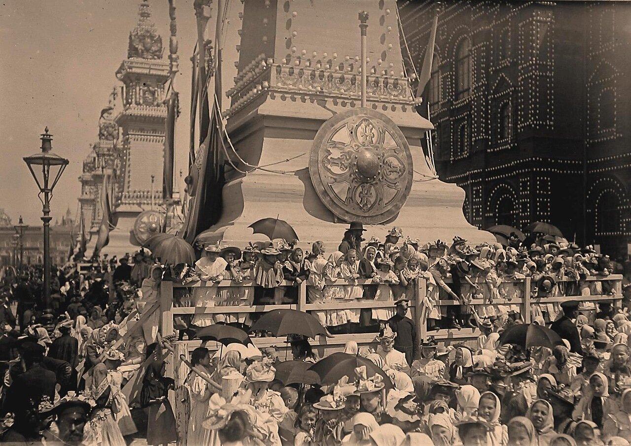 Дети у одной из четырёх колонн, поставленных к торжествам коронации на Воскресенской площади у здания Городской думы ( в день посещения думы императором и императрицей)